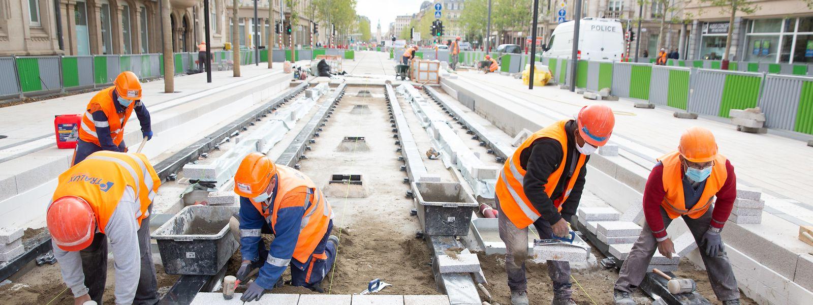 Endspurt im Bahnhofsviertel: In den letzten Wochen vor Inbetriebnahme der Streckenerweiterung zwischen Stäreplaz und Hauptbahnhof geben die Arbeiter an der Trambaustelle nochmal alles.