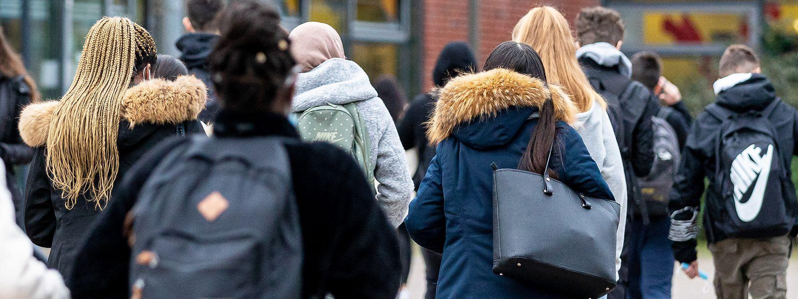 In den vergangenen Wochen wurde immer häufiger kritisiert, dass die Schülerbusse überfüllt seien. Nun reagiert die Regierung.