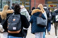 Das Bildungsministerium denkt darüber nach, die Schüler der oberen Sekundarstufe teils im Präsenz- und teils im Fernunterricht zu unterrichten. Hintergrund ist die zunehmende Zahl an Neuinfektionen bei 16- bis 19-Jährigen in der gesamten Bevölkerung.