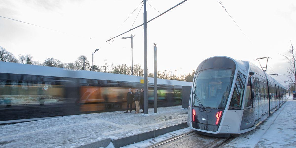 Zu Stoßzeiten sind die Tramfahrzeuge mit zahlreichen Passagieren gefüllt.