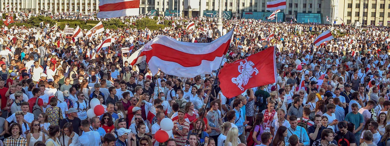 """Am Sonntag fanden in Belarus wieder Massenproteste statt. Der als """"letzter Diktator Europas"""" kritisierte Lukaschenko zeigt sich bisher weitgehend unbeeindruckt von den Protesten."""