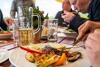 ARCHIV - 23.05.2021, Brandenburg, Potsdam: Gäste essen in einem Restaurant auf dem Pfingstberg. Ab Donnerstag (3. Mai) gelten neue Regeln bei den Corona-Maßnahmen. Bei Restaurantbesuchen ist ein Coronatest auch im Freien weiter Pflicht, wenn auch drinnen serviert wird.  (zu dpa «Gastronomie voller Sorgen - Einzelhandel erwartet Verbesserungen») Foto: Christophe Gateau/dpa +++ dpa-Bildfunk +++