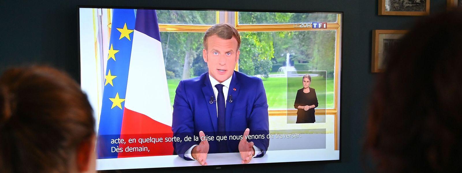 Eine französische Familie schaut die Fernsehansprache des Präsidenten.
