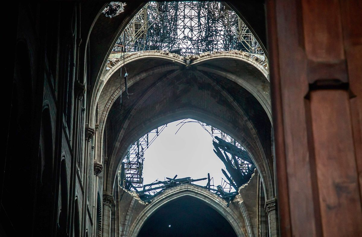 """Klaffende Löcher wo früher ein prächtiges Holzdach war: Um die Kathedrale wieder Wetterfest zu machen, soll demnächst ein """"großer Regenschirm"""" über der Notre-Dame ausgebreitet werden."""