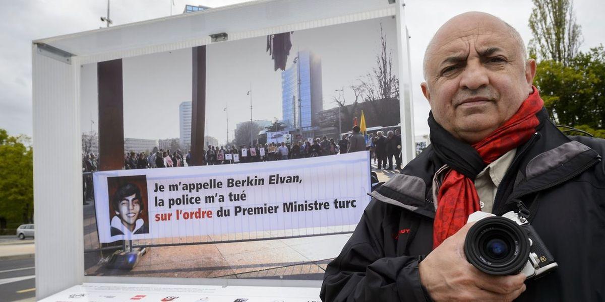 Der schweizer Fotograf Demir Sonmez vor dem umstrittenen Foto.