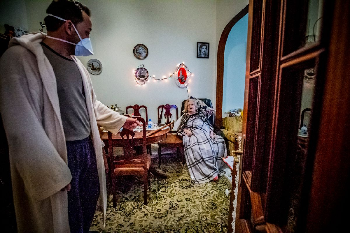 José Antunes vai preparar o almoço para a mãe. E dá o exemplo: tira o robe escuro que ainda tinha vestido e muda de chinelos.