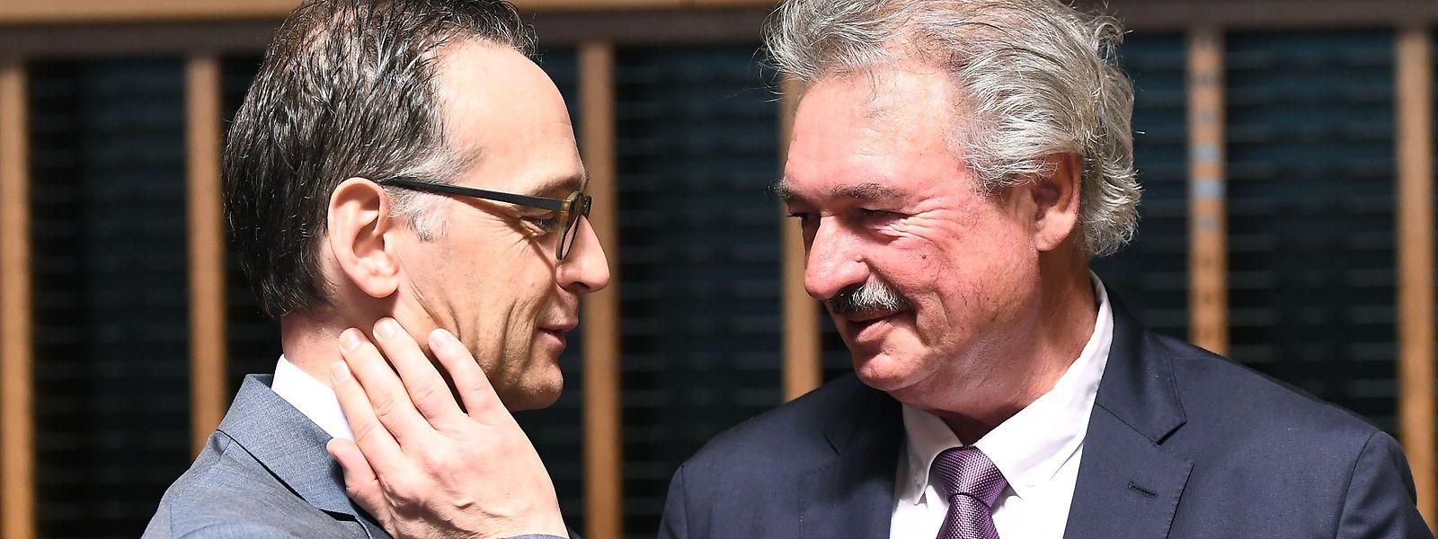 Jean Asselborn en conversation avec Heiko Maas auquel il a demandé la levée de la classification du Luxembourg en zone à risque.