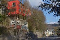 Wer die Stützmauer unter dem roten Haus zahlt, ist auch nach 21 Jahren noch nicht geklärt. Mit dem Fußgängerweg im Hintergrund bahnt sich ein ähnliches Szenario an. / Foto: Frank WEYRICH