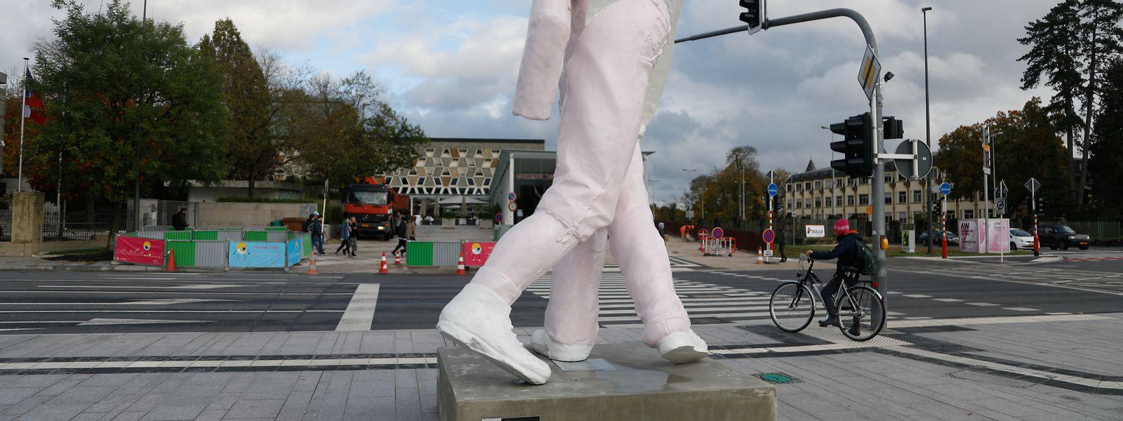 Ein echter Wurm für Luxemburg: Die Arbeit des österreichischen Künstlers Erwin Wurm weist prominent platziert am Rond-Point Schuman auf die Art Week in der Halle Victor Hugo hin.