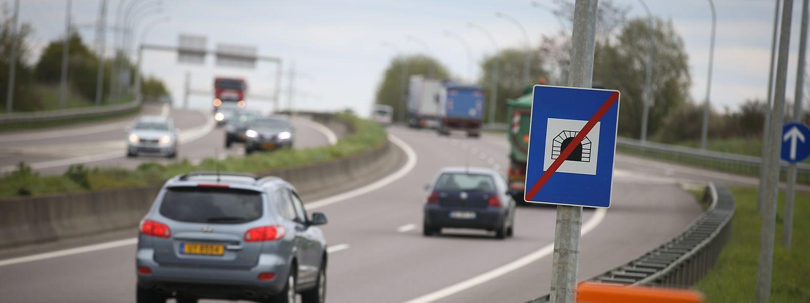"""Das """"Tunnelende""""-Schild allein, wie am Tunnel Frisingen auf der A13, hebt sowohl das Tempolimit als auch die Pflicht, das Licht einzuschalten, auf."""