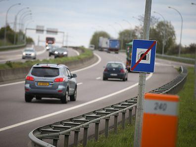 Ce panneau indiquant la fin du tunnel à la sortie du tunnel de Frisange sur l'A13 met aussi bien fin à la limitation de vitesse qu'à l'obligation de laisser ses feux allumés.