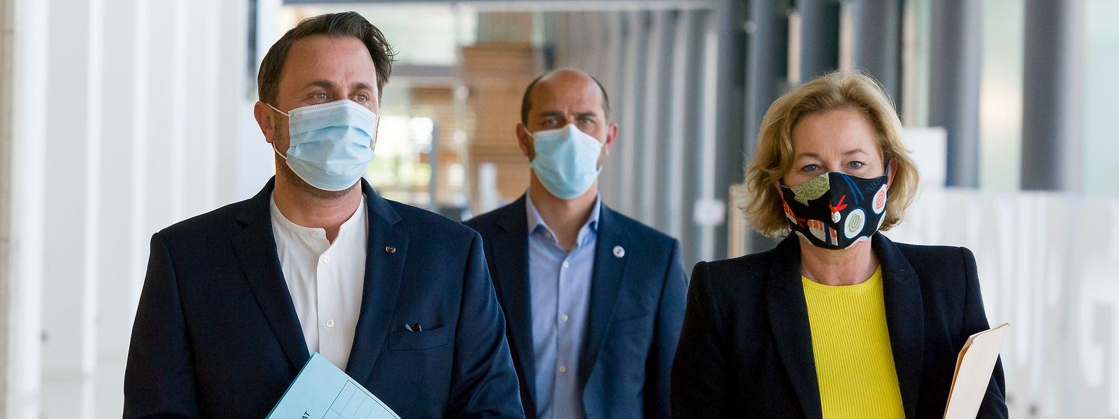 Premierminister Xavier Bettel und Gesundheitsministerin Paulette Lenert auf dem Weg zur Pressekonferenz, vorschriftsmäßig mit Maske.