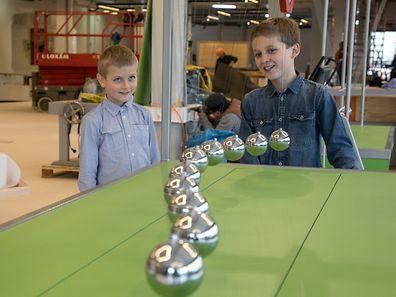 Maxence, 8 ans, et Antoine, 11 ans, ont testé les premières stations expérimentales du Science Center en avant-première.