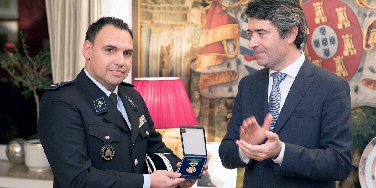 O agente da Polícia grã-ducal recebeu hoje a medalha de mérito das comunidades portuguesas, entregue por José Luís Carneiro.