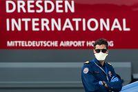 ARCHIV - 04.04.2020, Sachsen, Dresden: Der Pilot Eric Wagner von der «Luxembourg Air Rescue» steht nach seiner Landung eines Ambulanzflugzeugs der «Luxembourg Air Rescue» vom Typ Learjet 45 auf dem Flughafen Dresden International. Er hatte einen schwer an dem Coronavirus erkrankten Patienten aus Frankreich nach Dresden geflogen. (zu dpa «Der rettende Triathlet: Luxemburger Wagner fliegt Corona-Patienten») Foto: Robert Michael/dpa-Zentralbild/dpa +++ dpa-Bildfunk +++