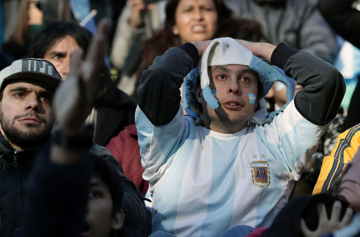 Fans of Argentina watch the FIFA World Cup Russia 2018 match between Argentina and Iceland on a large screen at San Martin square in Buenos Aires on June 16, 2018. / AFP PHOTO / ALEJANDRO PAGNI