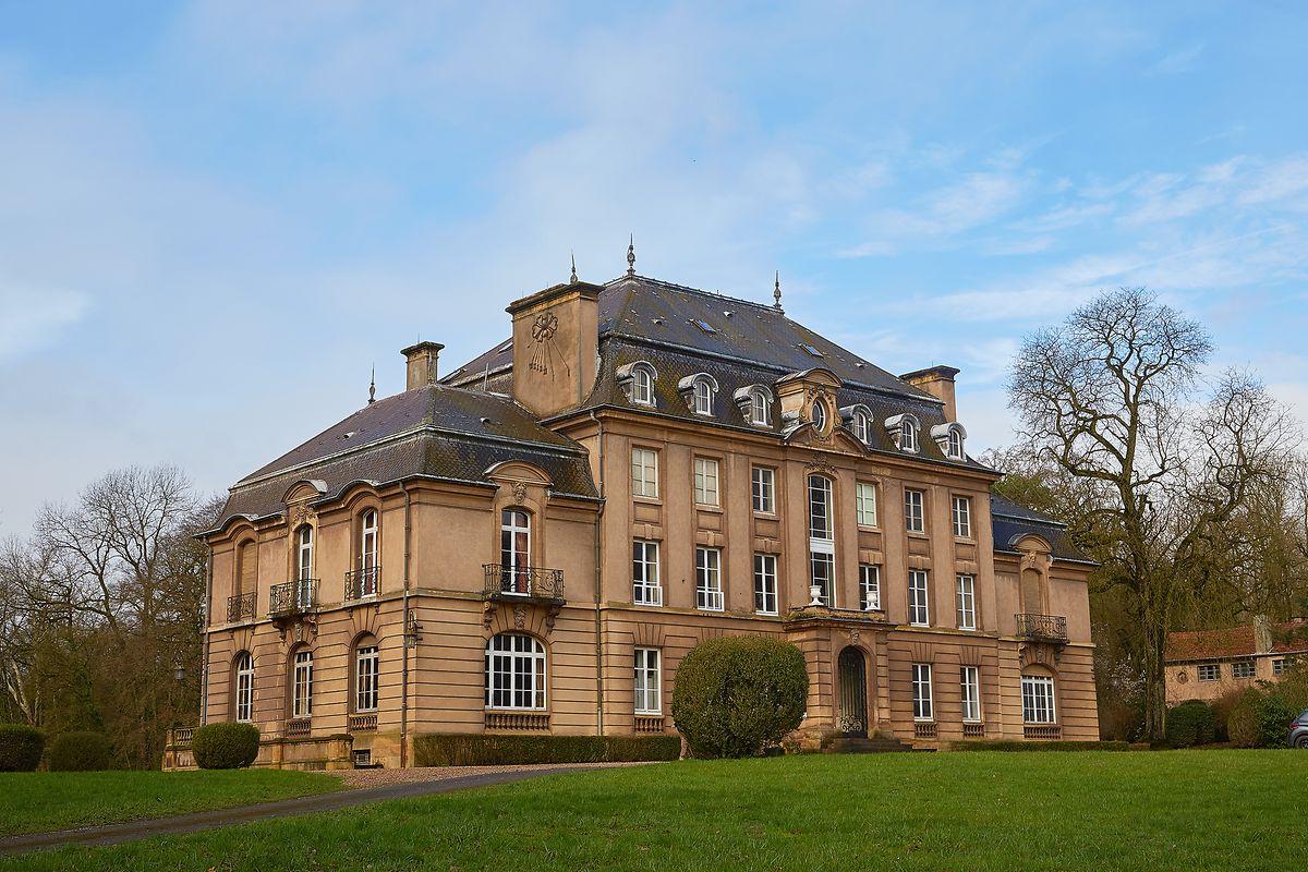 Remodelé dans les années 1920, le château a vu les bâtiments latéraux rehaussés d'un étage et son clocheton central a été supprimé.