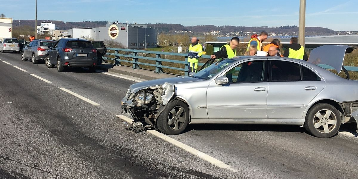 Vier Fahrzeuge mussten abgeschleppt werden.