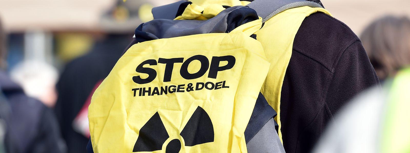 """Nordrhein-Westfalen, Gronau: Ein Teilnehmer des Ostermarsches 2018 demonstriert mit dem Slogan """"Stop Tihange und Doel"""" vor der Uran-Anreicherungsanlage Urenco gegen Atomkraft und Atomwaffen."""