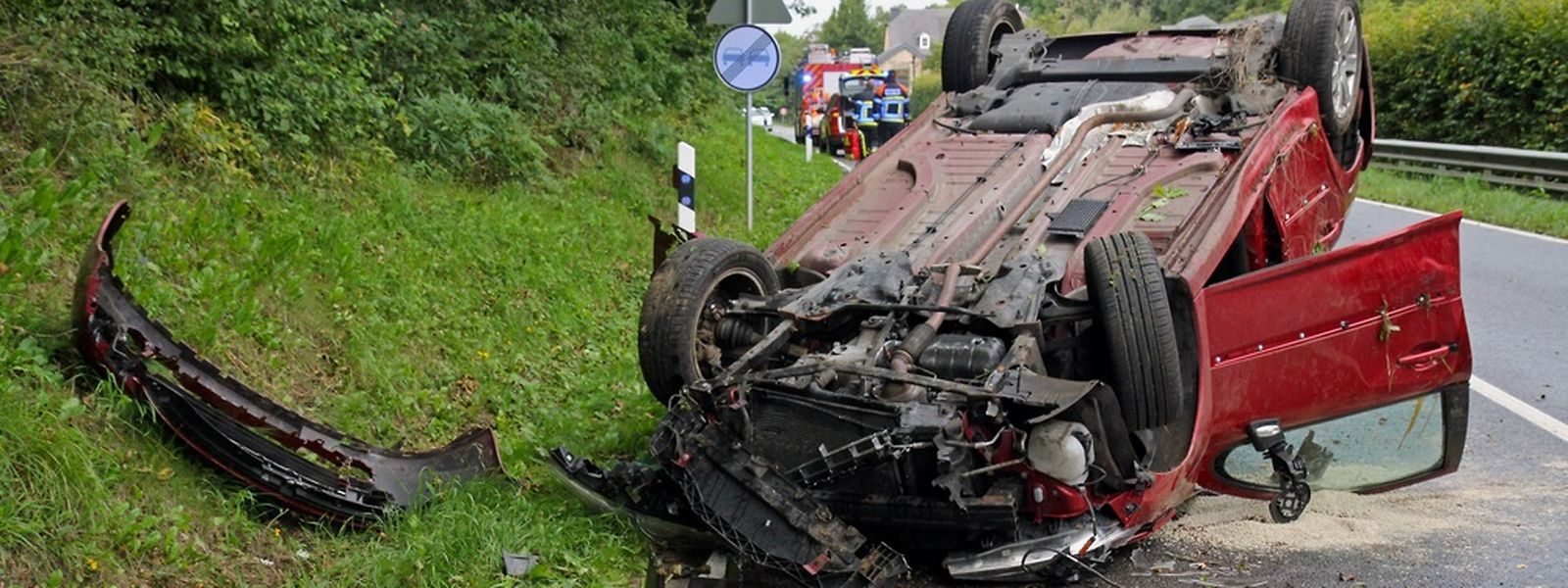 O jovem condutor e o seu passageiro ficaram feridos depois de a viatura ter capotado