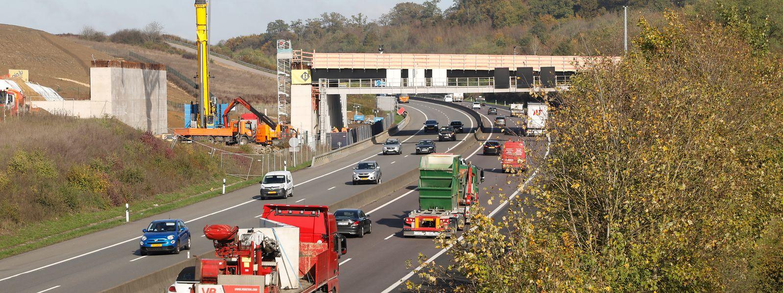 Après un premier week-end de travaux, les CFL vont achever les chantiers au-dessus de l'autoroute. Et quatre jours ne sont pas de trop.
