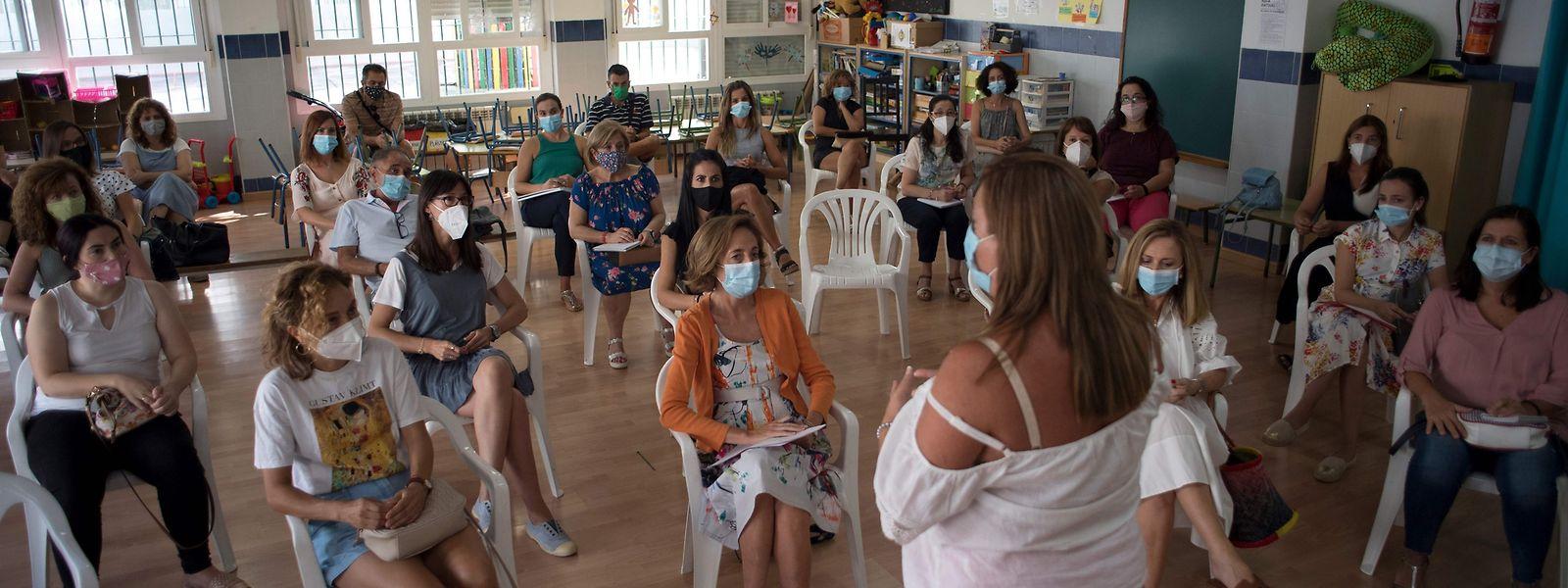 Professores reúnem-se numa escola em Sevilha, em preparação para o novo ano letivo.