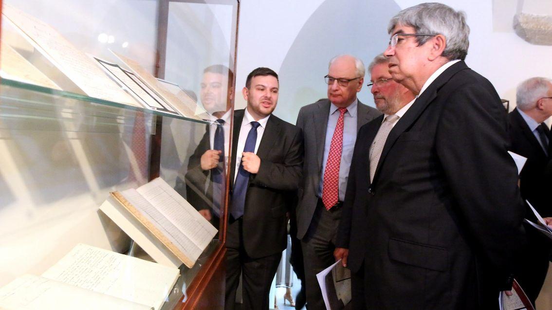 O presidente do Parlamento luxemburguês, Mars di Bartolomeo (sedundo à direita), e o seu homólogo português, Eduardo Ferro Rodrigues (à direita), inauguraram a exposição na segunda-feira