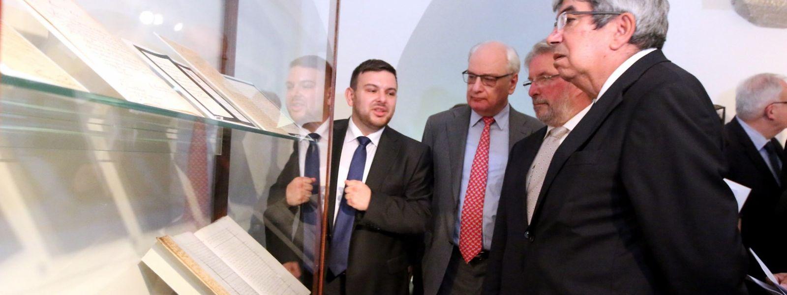 O presidente do Parlamento luxemburguês, Mars di Bartolomeo (segundo à direita), e o seu homólogo português, Eduardo Ferro Rodrigues (à direita), na inauguração da exposição, no dia 12 de Setembro.