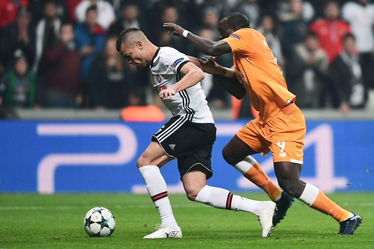 Porto's forward Vincent Aboubakar (R) vies for the ball with Besiktas' defender Pepe (L) during the UEFA Champions League Group G football match between Besiktas JK and FC Porto on November 21, 2017 at the Vodafone Park in Istanbul.  / AFP PHOTO / OZAN KOSE