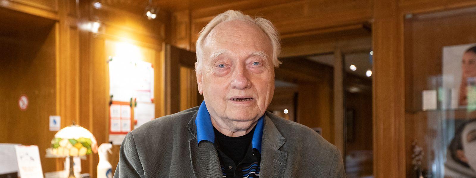 Hotelbesitzer Claus Uwe Leske in der Rezeption. Trotz seines Alters von 85 Jahren will er die Zimmer nach und nach modernisieren.