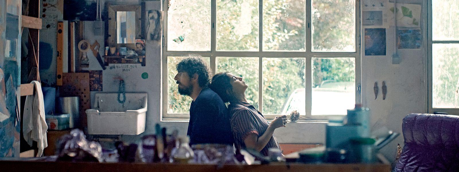 Damien (Damien Bonnard) et Leila (Leïla Bekthi) forment un couple, autant uni par l'amour que déchiré par la maladie.