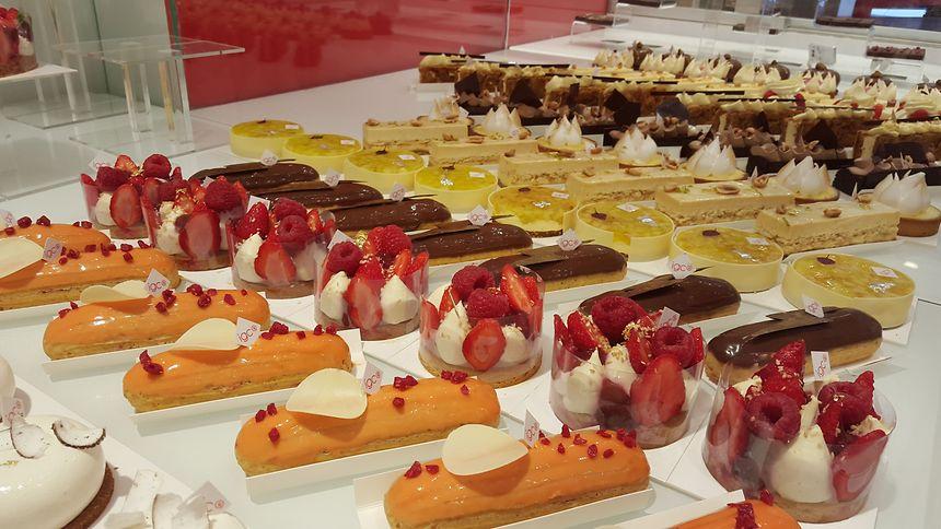 La pâtisserie Les Belles Envies proposent deux créations sans gluten, le finger et le galet ananas-coco.