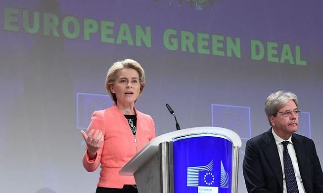 European Commission President Ursula von der Leyen (L) and EU commissioner for Economy Paolo Gentiloni (R)
