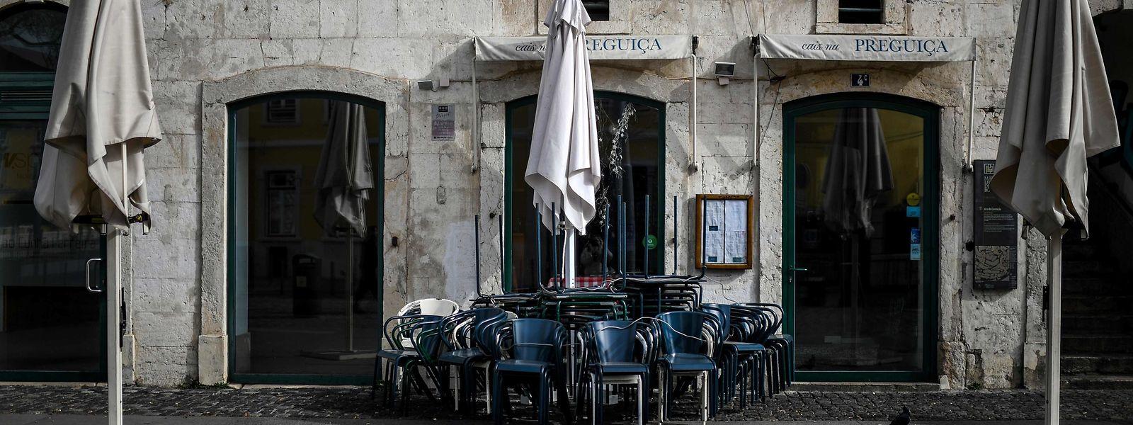 """""""Saudade"""": l'appel du village aux Portugais émigrés. Certains d'entre eux sont prêts à des risques inconsidérés pour rentrer chez eux."""