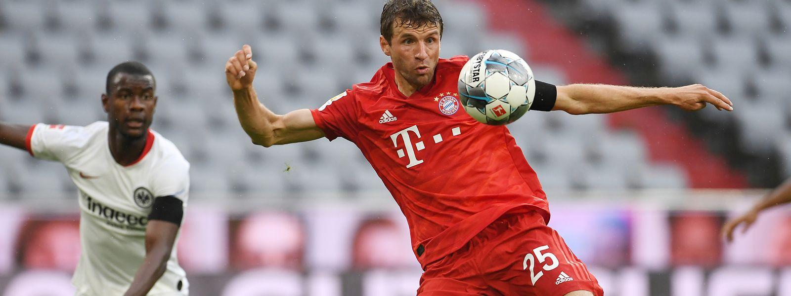 Bayerns Thomas Müller setzt zum Schuss an. Frankfurts Evan N'Dicka kann nur zuschauen.