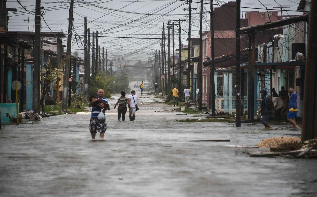 In dem Fischerort Caibarien in Kuba wurden reihenweise Hausdächer abgedeckt, Bäume entwurzelt und es kam zu schweren Überschwemmungen.