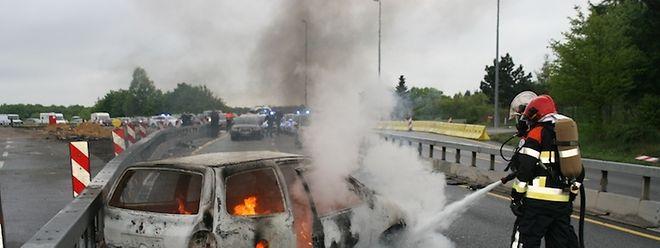 Der Wagen war nach einem Unfall in Flammen ausgebrochen.