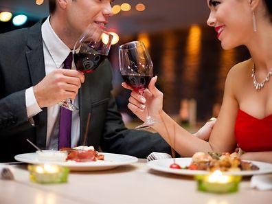 La plupart des clients viennent en couple ce soir-là. Alors évidemment, les tables de deux personnes sont de rigueur.