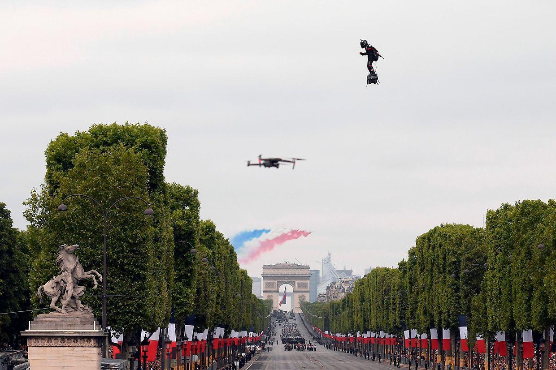 Franky Zapata  a offert un époustouflant spectacle dimanche lors du traditionnel défilé du 14 juillet à Paris.