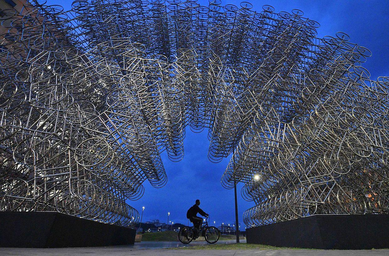 """Rio de Janeiro (Brasilien). Für seine Installation """"Forever Cycles"""" verarbeitete der chinesische Künstler Ai Weiwei mehr als 1000 Edelstahl-Fahrräder."""