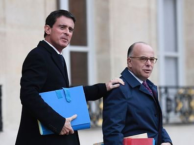(FILES) This file photo taken on November 23, 2016 shows  French Prime minister Manuel Valls (L) and French Interior minister Bernard Cazeneuve leaving the weekly cabinet meeting at the Elysee presidential Palace in Paris.   French Interior Minister Bernard Cazeneuve was appointed as the new prime minister on December 6, 2016 after Manuel Valls resigned to seek the Socialist nomination in the presidential election, the presidency said. / AFP PHOTO / STEPHANE DE SAKUTIN