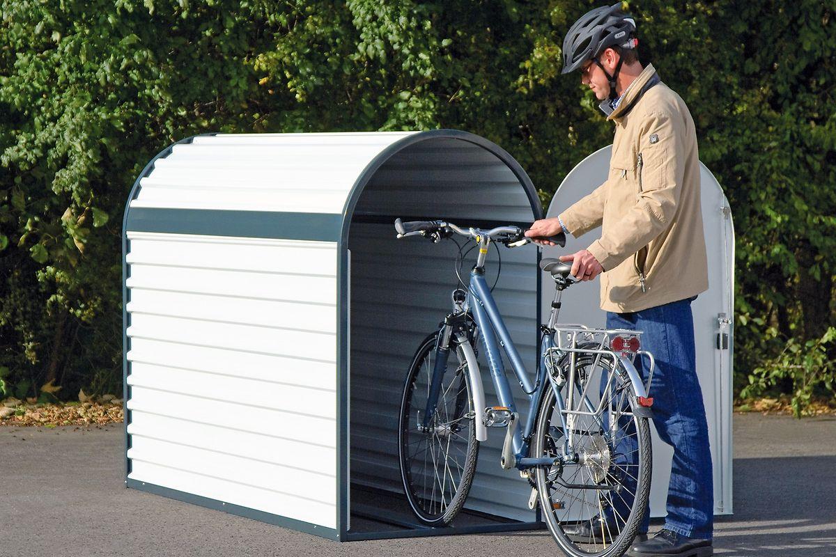 Praktisch sind kleine Fahrradgaragen, die man sich vor die Haustür stellen kann, hier von WSM für ca. 1050 Euro.