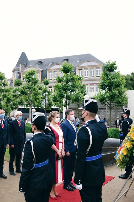 Das erbgroßherzogliche Paar legt einen Gedenkkranz nieder.