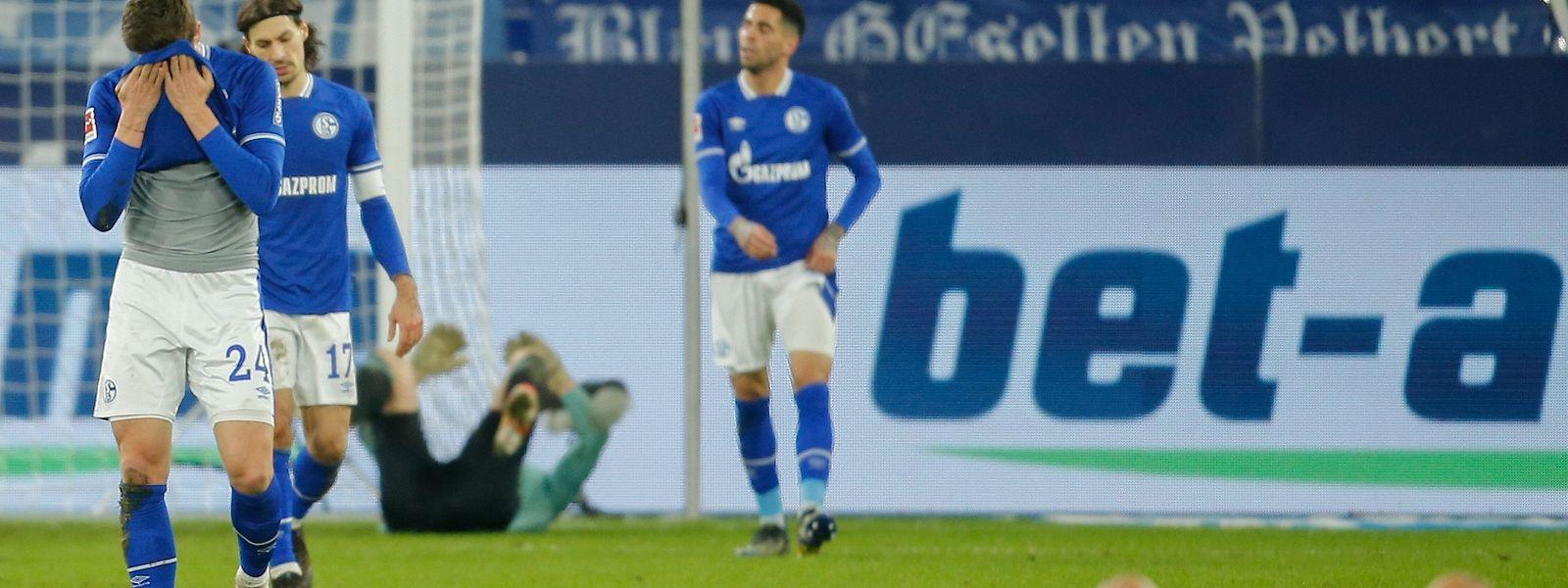 Die Spieler von Schalke 04 sind fassungslos nach der Niederlage.