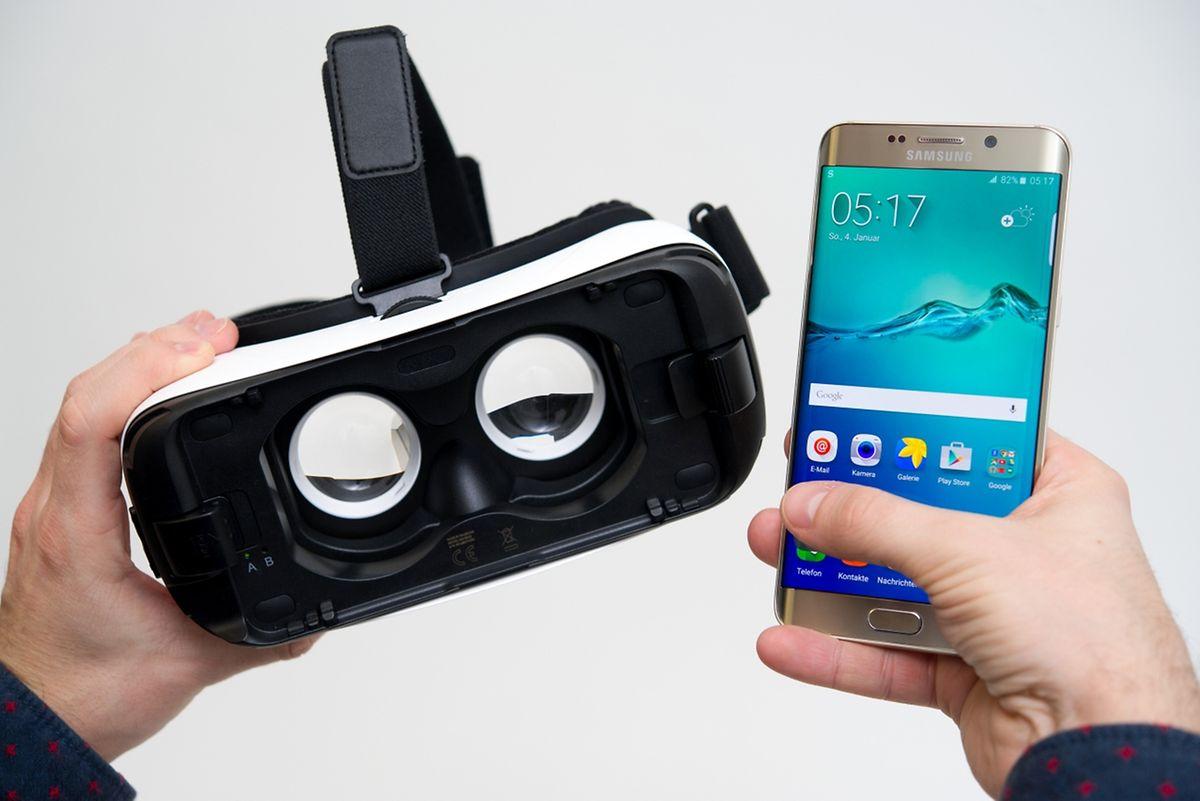 Samungs Gear VR ist nur eine Brille mit Linsen, einigen Sensoren und einem Touchpad. Für die Reise in virtuelle Welten braucht es noch ein Samsung-Smartphone, hier ein Galaxy S6 Edge+.