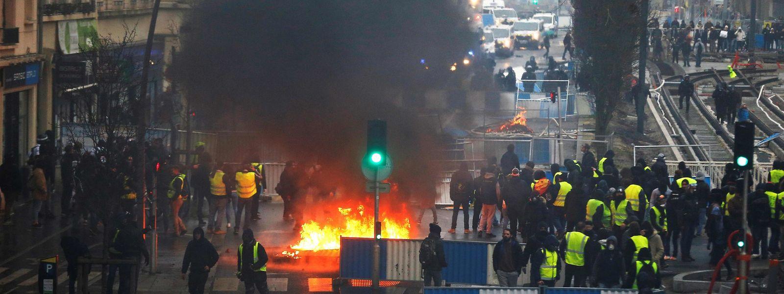In ganz Frankreich demonstrierten die Gilets jaunes gegen Präsident Emmanuel Macron und seine Regierung, so auch in Caen.