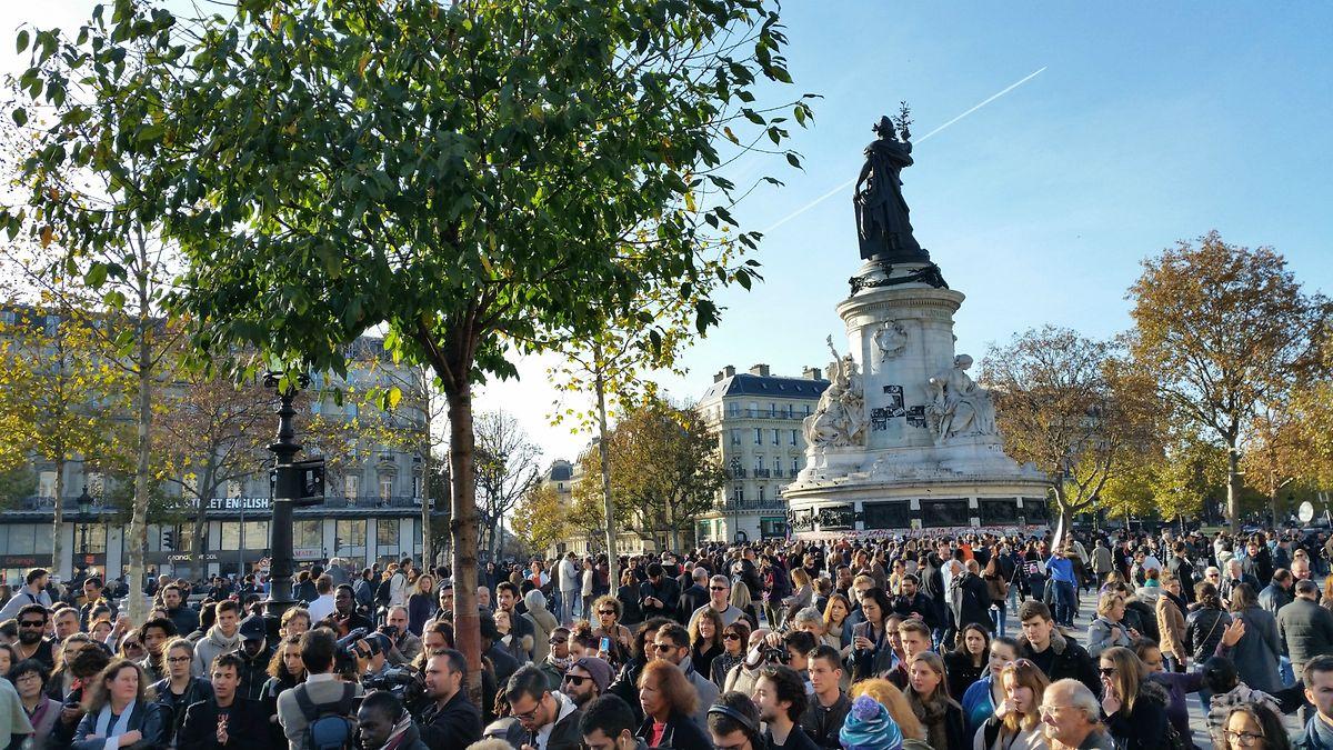 En fin d'après-midi, Place de la République. Les Parisiens sont nombreux à venir rendre hommage aux victimes des attentats sous un soleil qui réchauffe.