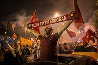 dpatopbilder - 24.06.2018, Türkei, Istanbul: Anhänger des türkischen Präsidenten Erdogan jubeln nach der Verkündung der vorläufigen Wahlergebnisse vor dem Parteihauptquartier der regierenden AKP-Partei. Foto: Oliver Weiken/dpa +++ dpa-Bildfunk +++