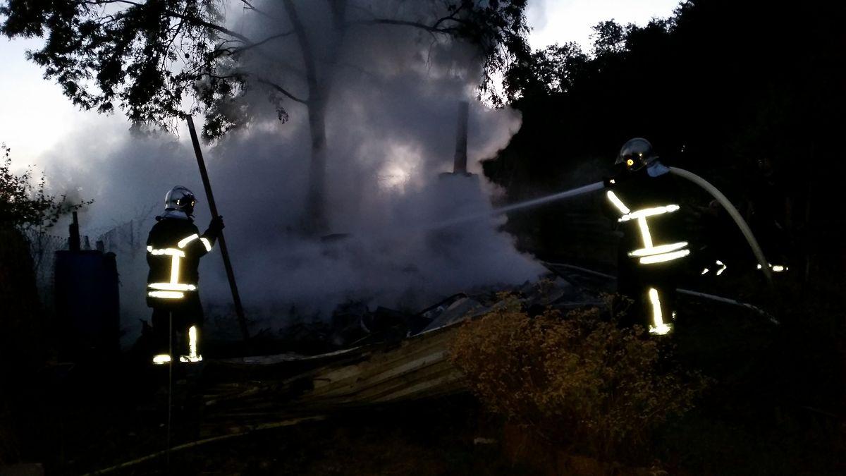 Die Feuerwehr verhinderte ein weiteres Ausbreiten der Flammen und löschte Brandnester ab.