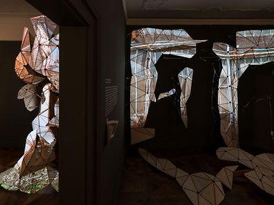 Der 3D-Scan einer Industriehalle ist die Grundlage für die Projektion auf einer aus Dreiecken geformten Raumskulptur im Luxemburger Pavillon. Mehrere dieser Objekte bringen nicht nur ein Stück Luxemburg nach Venedig, sondern stellen auch symbolhaft die Herausforderungen des Landes dar.